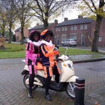 Twee zwarte pieten op de scooter